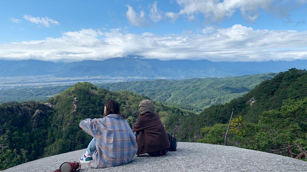巨大な丸い岩から絶景を楽しむ